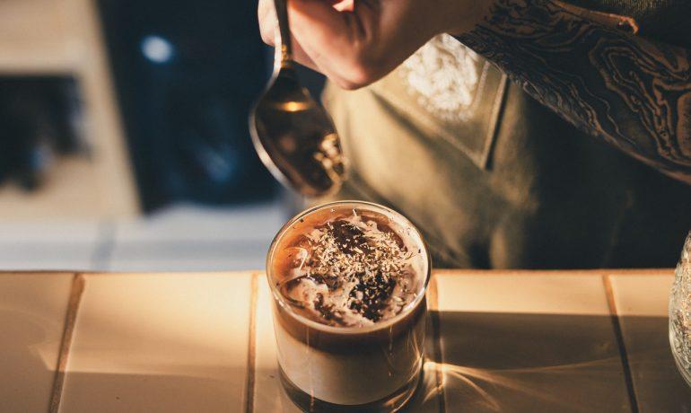 Person laver iskaffe i sol