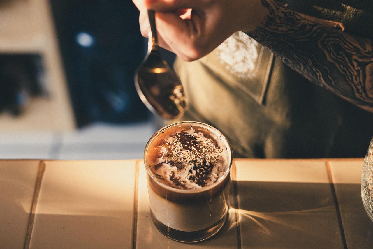 Nyd en iskaffe og frappe i sydens sol